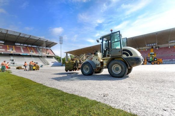 Travaux-pelouse-stade-St-Symphorien-062014005